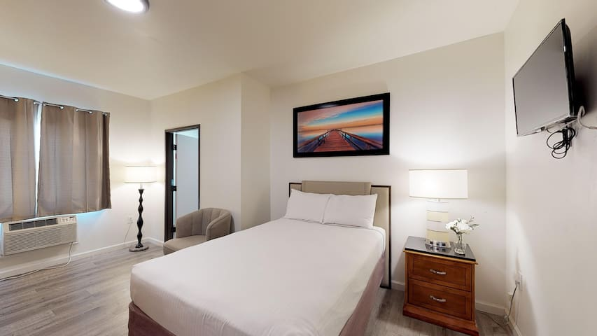 Large Private Room with Private Bathroom -Rm 1