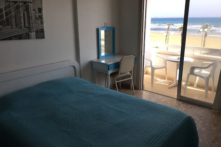 Beach front Larnaca for best price! - Larnaca - Apartemen