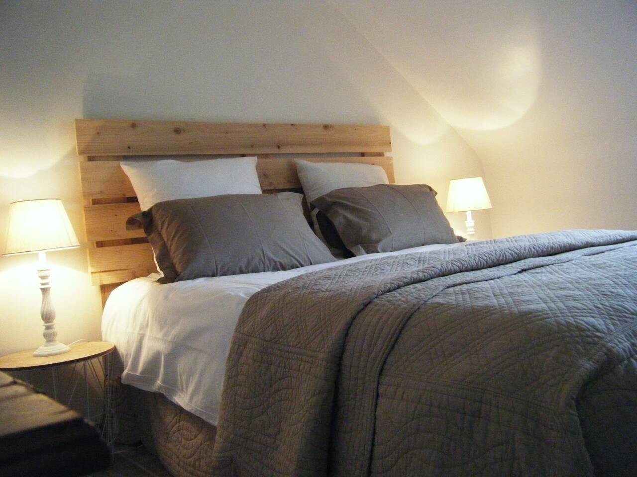 Chambre à coucher lit 160 cm grand confort, oreillers et couette hypoallergénique