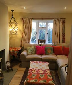 Bright newly refurbished cottage with fab views