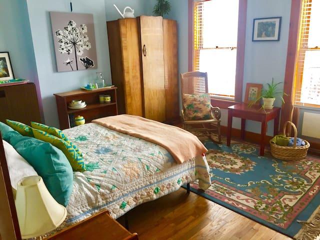 Beautiful Victorian bedroom w/balcony in Avenues