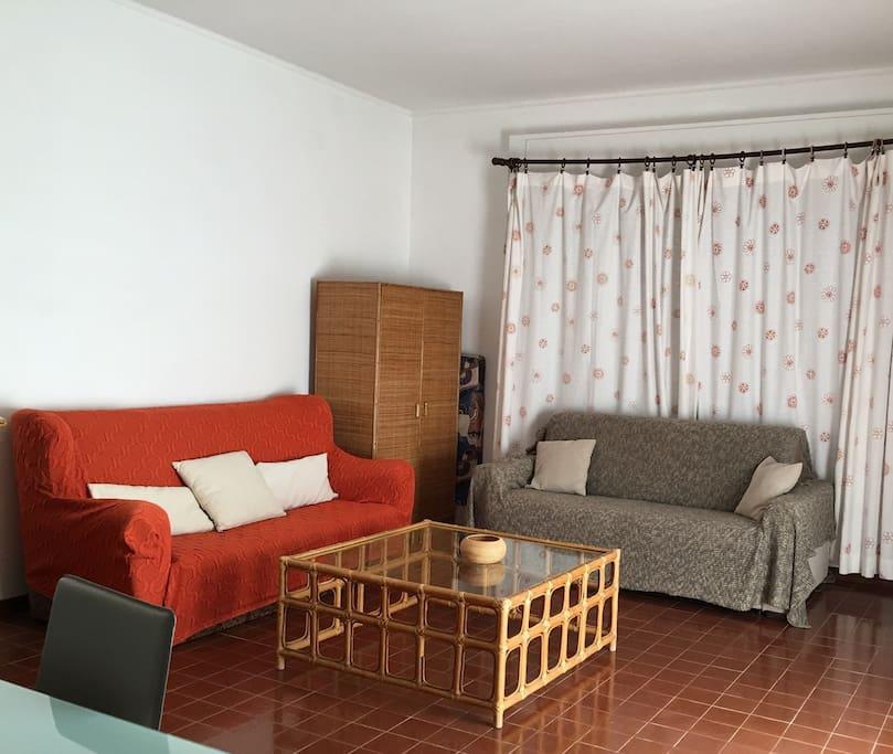 Due divani comodi. Quello a destra è un divano letto molto buono.