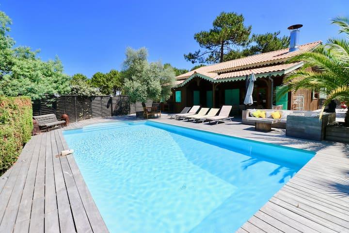Charming wooden villa, heated pool, idyllic