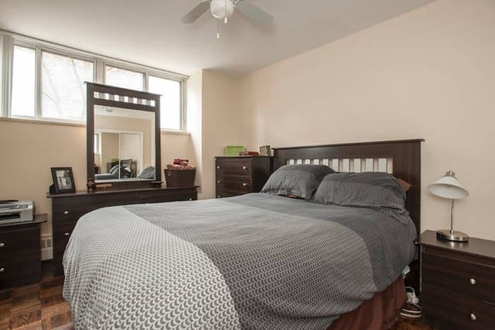 Spacious Room in Charming Apartment - Toronto - Flat