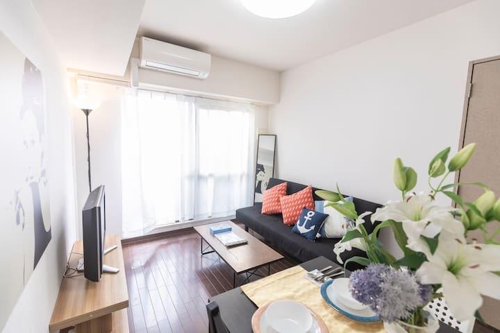 Big livingroom  with 1 sofabed  TV Kitchen can cooking Full set of furniture, household appliances, tableware Dining table 大客廳 有一張沙發床 電視 廚房 全套傢具家電 餐具 可以煮食 大餐桌