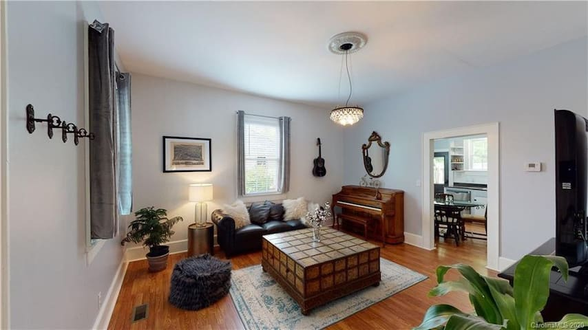 1920s Bungalow next to river, 8 min drive to AVL