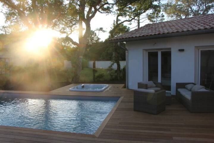 New villa, heated pool, spa, beach (700m)