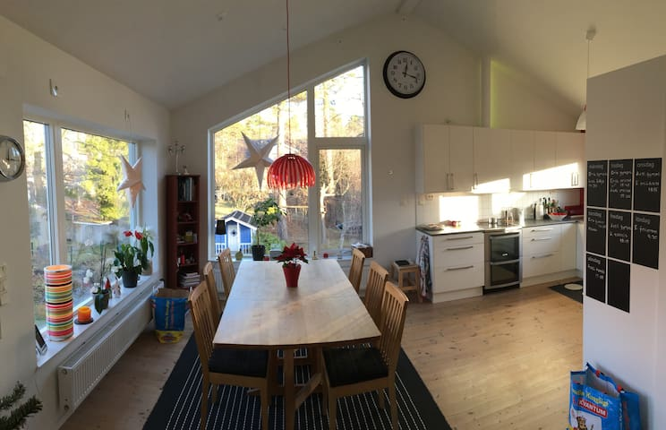 Bright and spacious house south of Stockholm city - Stoccolma - Casa