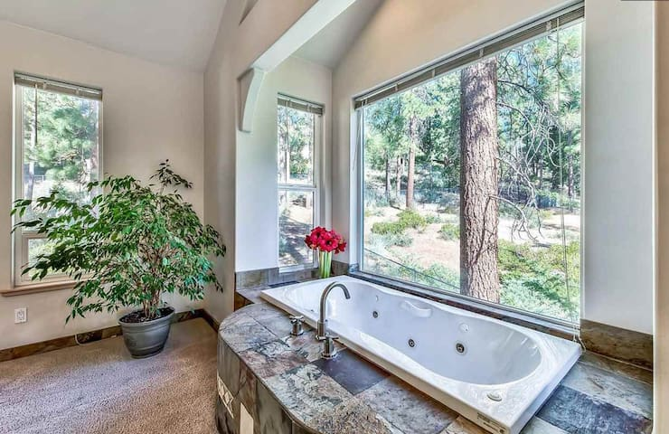 OPEN! Master Bedroom w/Jacuzzi Tub, Walk to Lake!