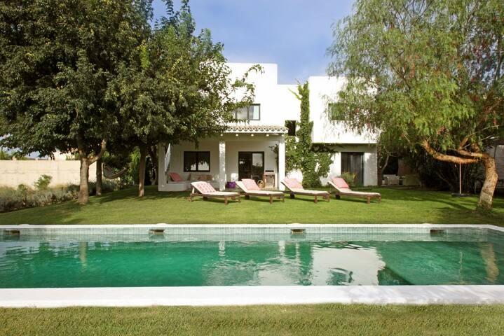 Casa con jardin y piscina privada