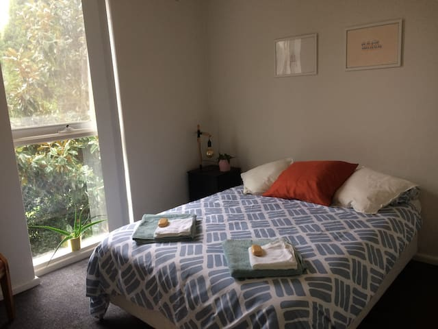 Cosy & cool private bedroom (Fawkner Park & CBD)