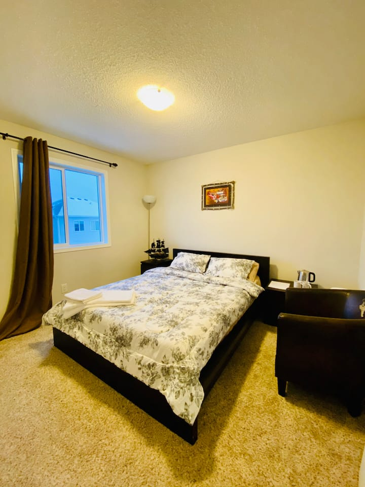 Private and Cozy Bedroom near Calgary Airport