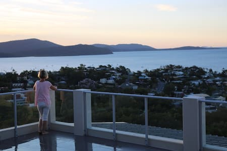 Skyview Penthouse with stunning ocean views - Airlie Beach - Apartmen