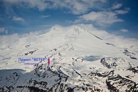 """Приют """"Ветер"""" на высоте 3750м. г.Эльбрус"""