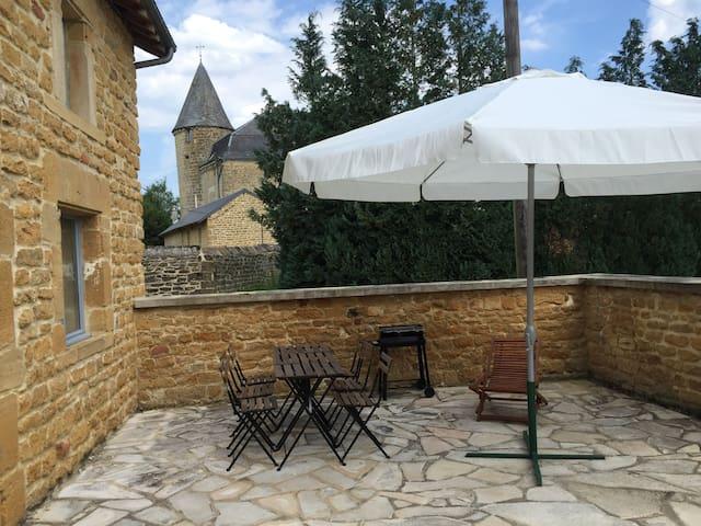 Maison dans la cour du château de Lombut