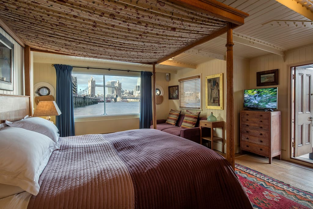 Tower Bridge Houseboat: Not a bad view to wake up to, when you open the electric curtains from the 1920's Heals oak four poster.