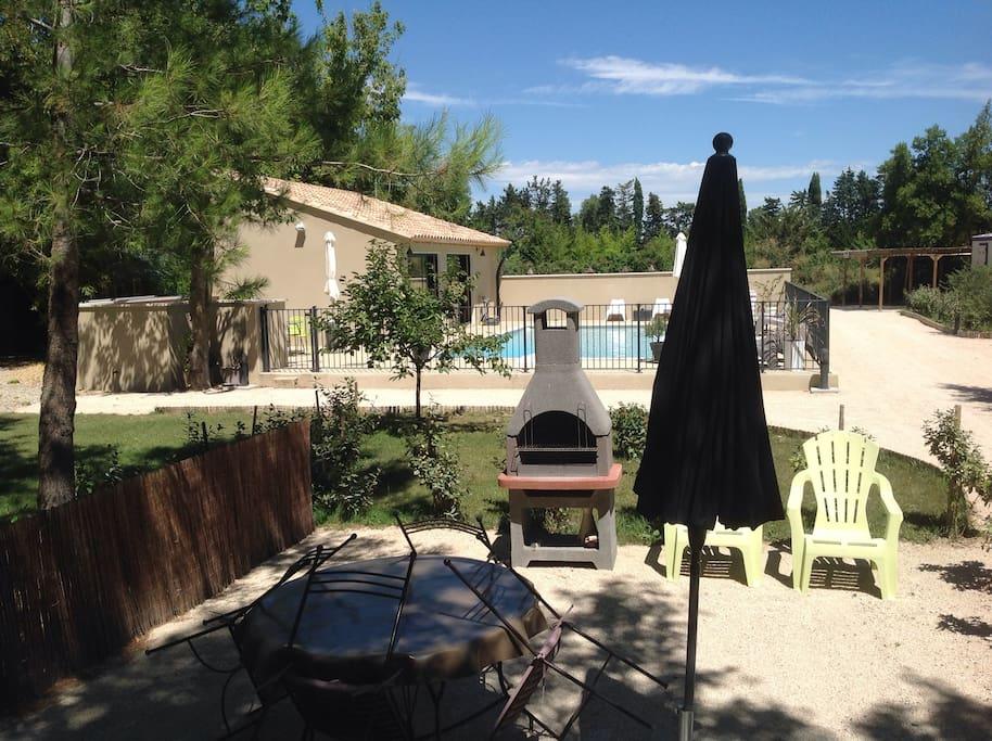 Terrasse privative avec vue sur piscine .