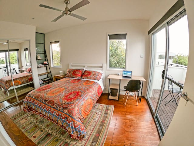 Stylish & Spacious Retreat-Bond Uni/ Wifi/ balcony
