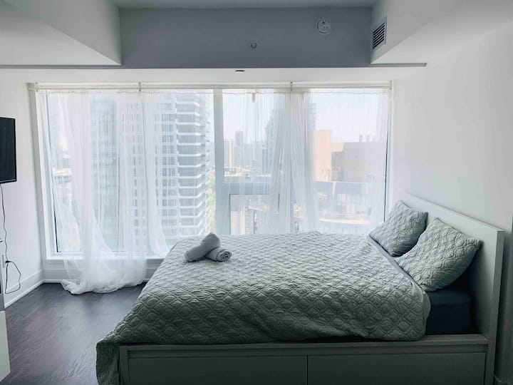 Private Studio w Stunning View in Downtown Core