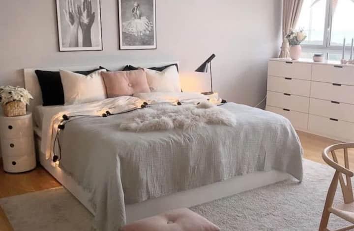 Cozy Bedroom w Private Bath in High-Rise Bldg