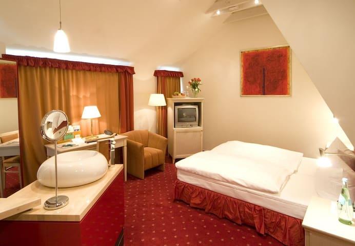 Hotel Am Schloss, (Tübingen), Einzelzimmer, 16qm, mit Dusche und WC