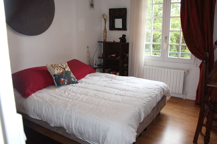 2 lits jumeaux et une salle de bain privée - Saint-Germain-en-Laye - Villa
