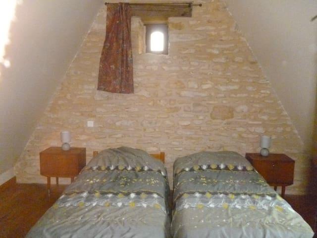 chambre en mezzanine avec 2 lits en 90 cm