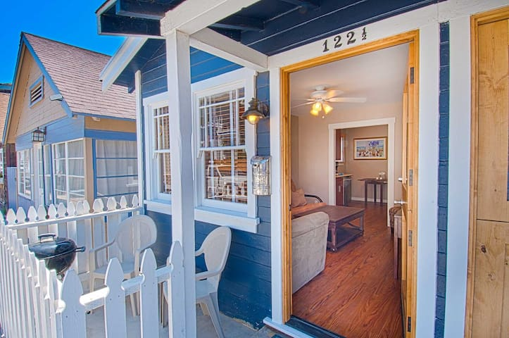 Super cute, quaint and cozy single level unit just a few house from the beach! - Newport Beach - Appartement