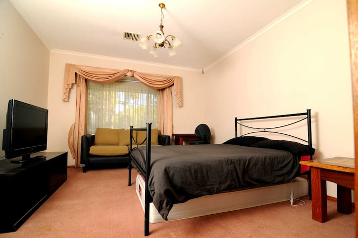 Central Queanbeyan large bedroom