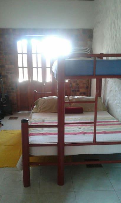 Habitacion comoda con camarote doble y sencillo arriba y balcon muy amplio, aire y tv.