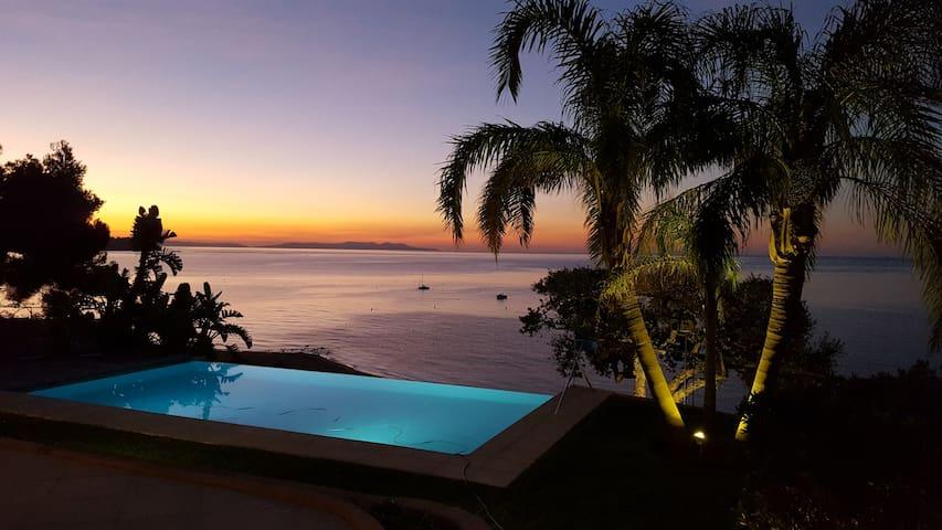 Villa d'exception 5 * avec piscine débordement
