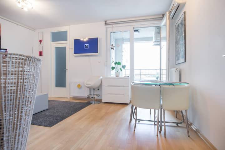 Cozy & Modern Studio with Balcony+ free parking