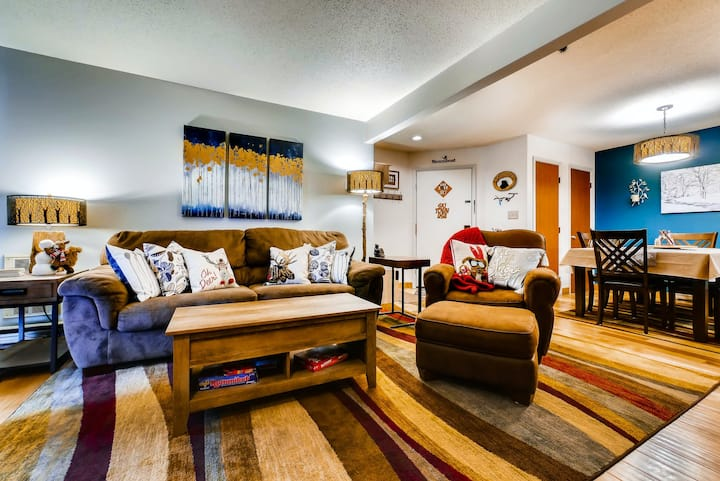 Welcoming mountain condo w/ shared pool, hot tubs, clubhouse, & winter shuttle