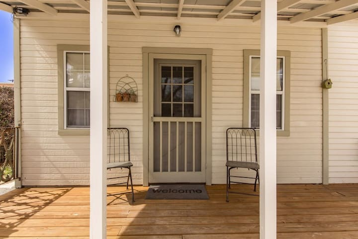 Absolutely Charming Agave Cottage. Queen Bed, Walk to Main, Outdoor Seating!