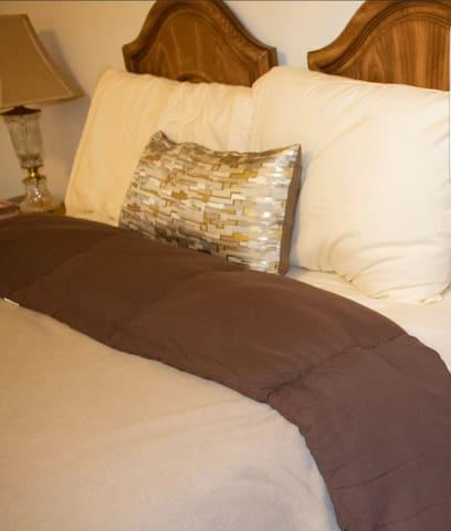 Large Cozy Quaint Private Bedroom Near Downtown DC