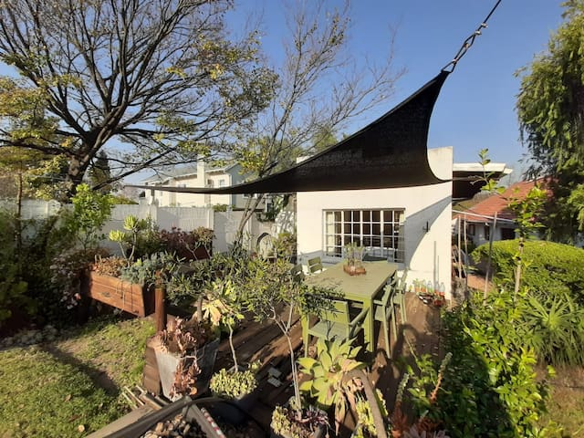 Sunny 1 bedroom cottage to rent in Craighall Park