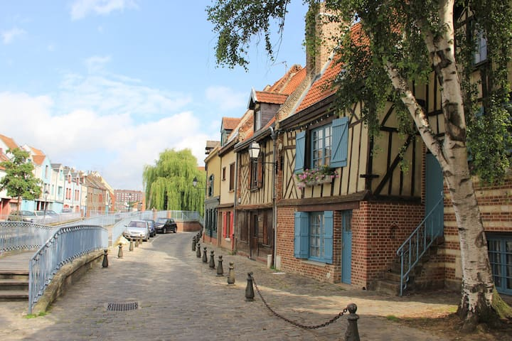 Romantic room in the Cathedral area - Amiens - บ้าน