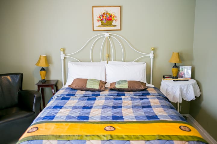 Queen Bed w/ Private Bathroom (5)