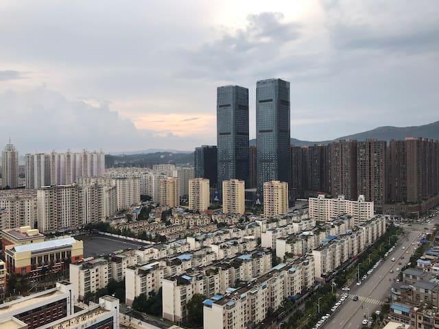 窗外城市天际线景观