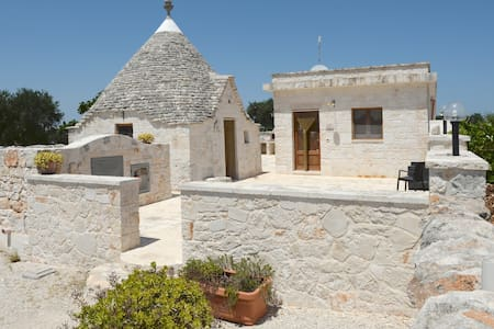 The trulli of the landscape and the farms  Puglia - Альберобелло - Бунгало