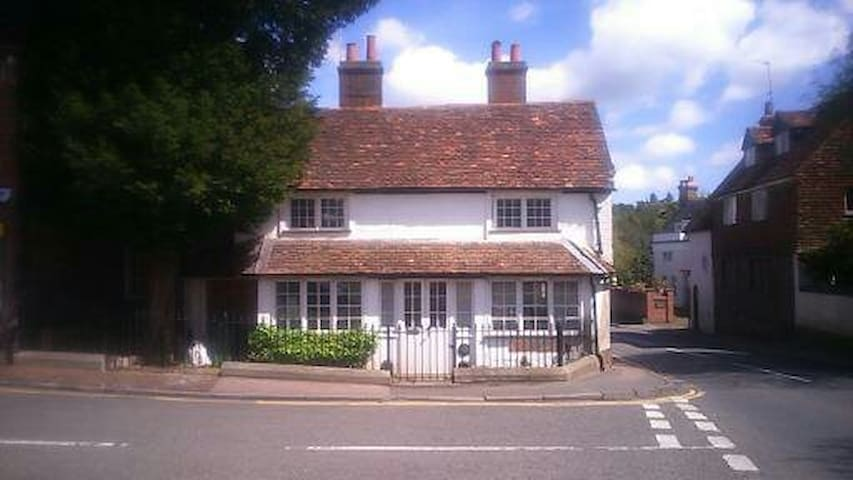 C17th Cottage Room, private shower & roof terrace - Westerham