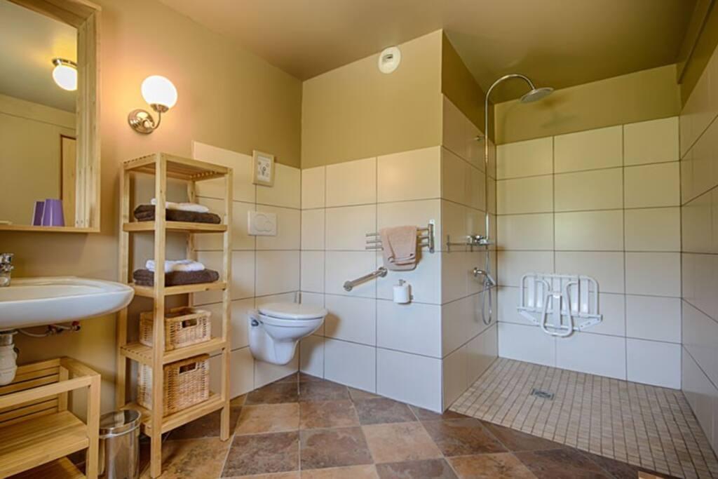 salle de bain RDC accessible handicap et communicante avec la chambre