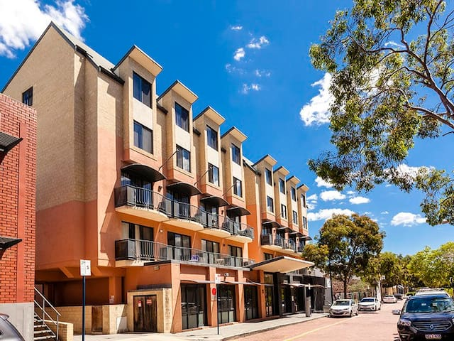 Great East Perth Apartment - Free Parking and Wifi