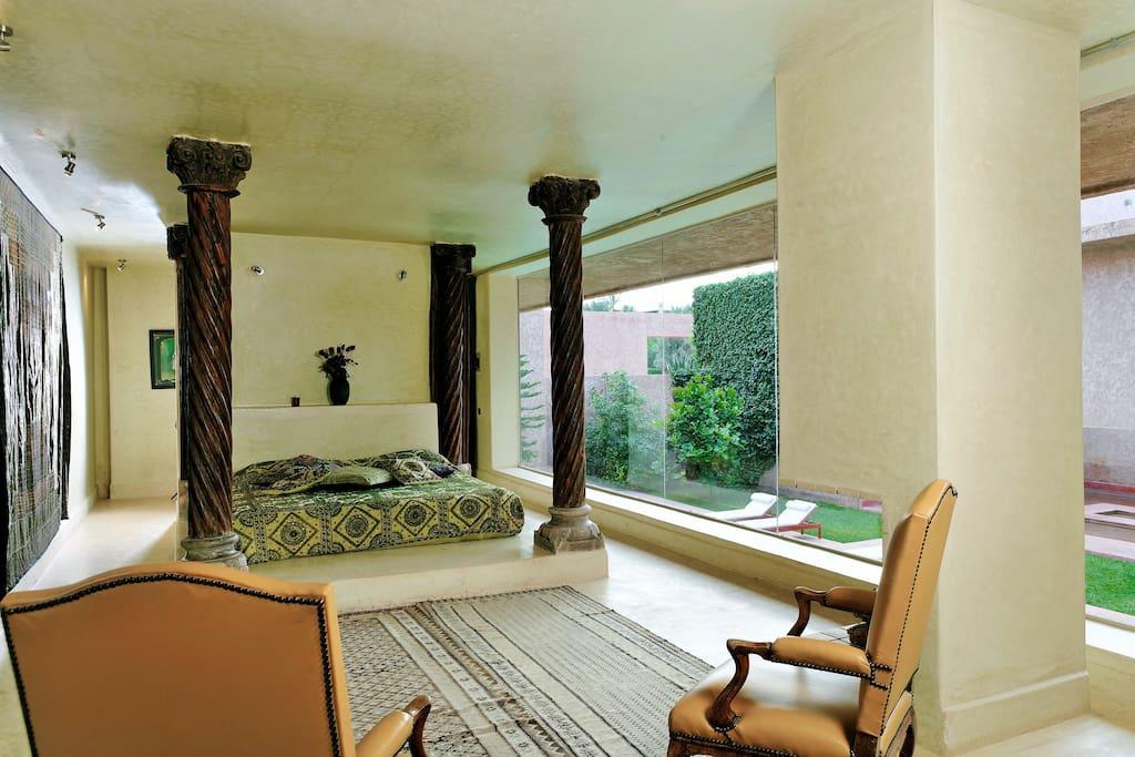 Suite Indienne avec vue piscine et balcon.