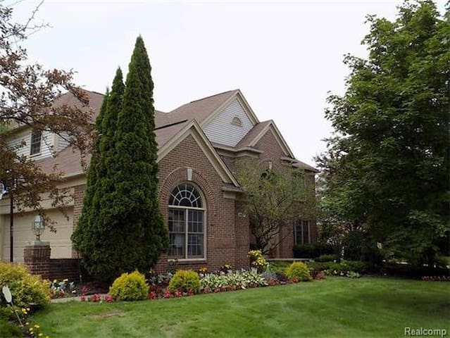 Large, inviting family home, upscale neighborhood