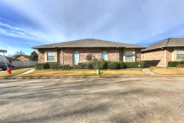 QUAINT BUNGALOW MINUTES TO DOWNTOWN OKC!