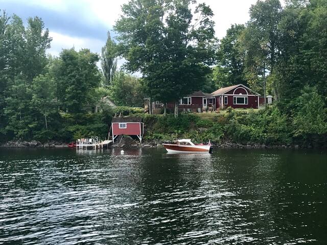 Quaint classic cottage duplex on Lake Memphremagog