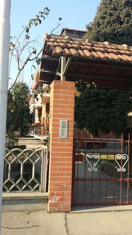 Camera da tre letti privata + bagno - Moncalieri - Dům