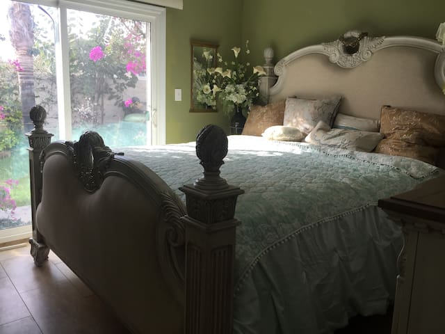 Private bedroom and restroom in Fountain Valley!!