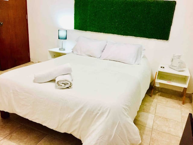 Comfortable private room w/AC in downtown Playa